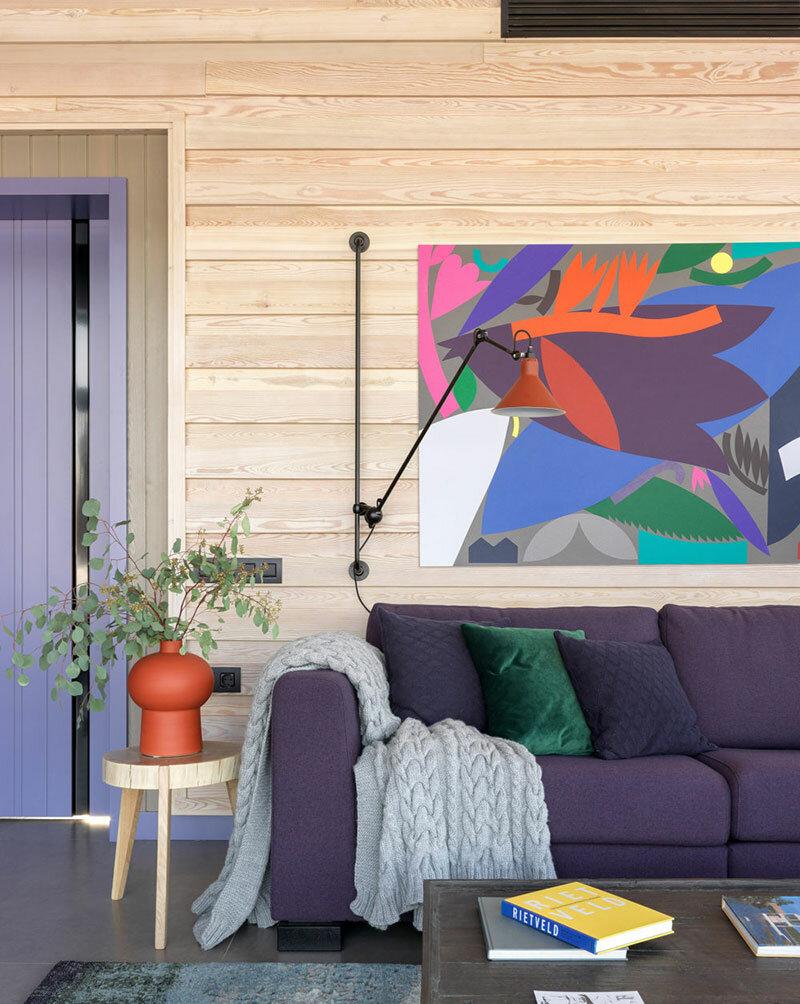 Современная фиолетовая дача: панорамные раздвижные окна в Подмосковье