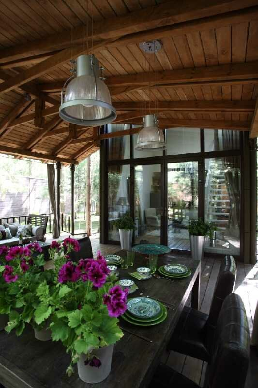 Дом в лесу с огромной крытой террасой