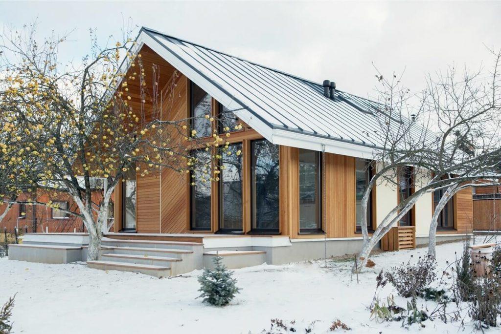Компактный каркасный дом (100 м2) в старом саду, удобный для жизни в старости
