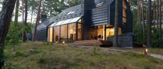 Загородный дом со вторым светом: черный снаружи и белый внутри