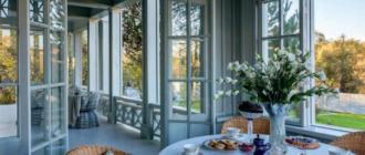 Дом в Подмосковье в стиле старорусской дачи с французскими нотками. Сочетание теплой веранды и террасы
