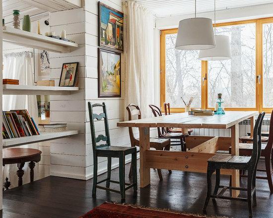 Дом семьи Мелик-Пашаевых на Оке в Тарусе: современный дом снаружи с ретро очарованием внутри (живопись, старинные вещи, сундуки)