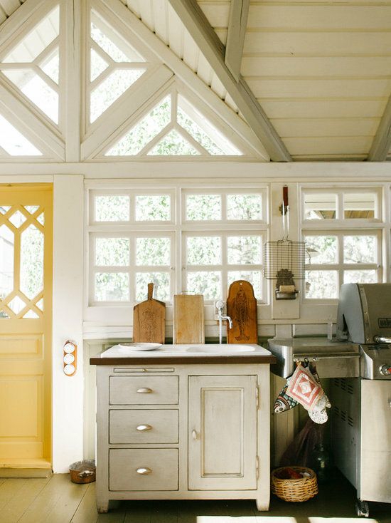 Дом в Суздале с летней кухней в русском стиле с камином и сводчатыми потолками. Первый этаж-каменный, второй - деревянный