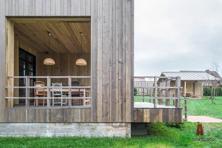 Деревянный дом на Оке в Тарусе: современный дом, наполненный картинами и старинной мебелью