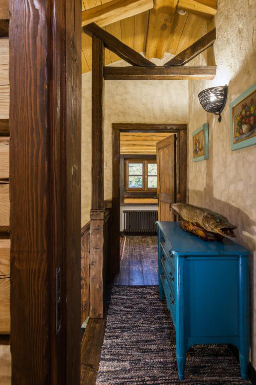 Живой интерьер дома в Подмосковье: штукатурка, плитка, натуральное дерево. Место, сделанное с любовью!