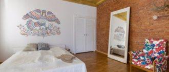 Птица Гамаюн в интерьере квартиры: кирпичные стены, амбарная дверь, коряжки. А все сложилось в уютный дом